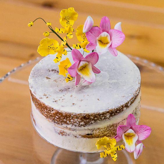 Bolo Semi Naked flores de açúcar Julia Guedes